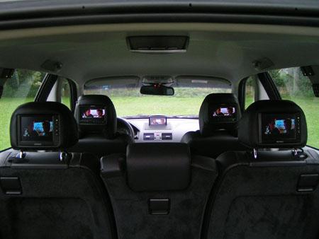 dvd schermen in de hele auto